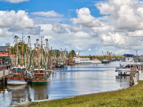 Viele Kutter und Boote liegen rechts und links im Sielhafen von Greetsiel